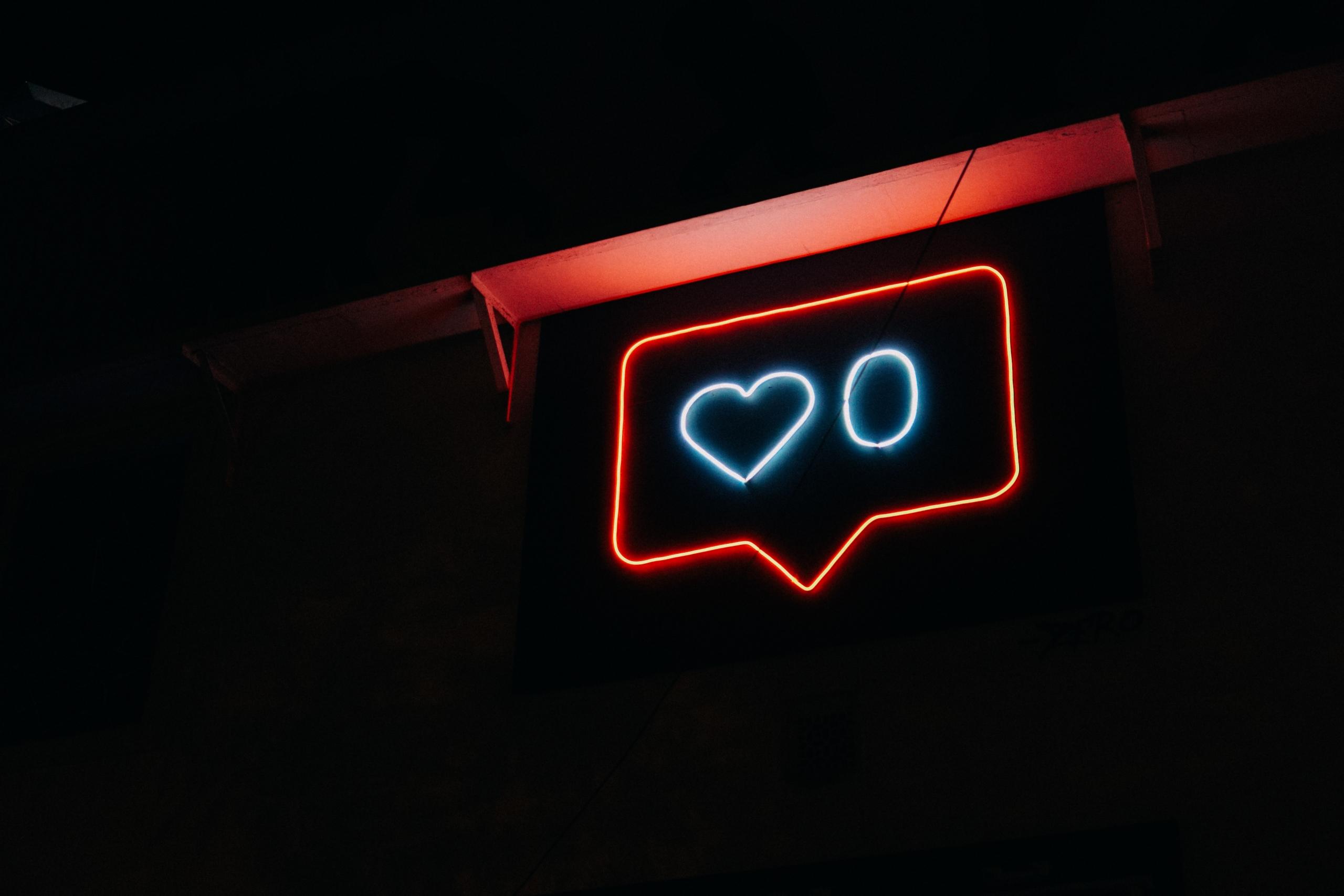 Leuchtschrift in Form einer Instagram Like-Anzeige