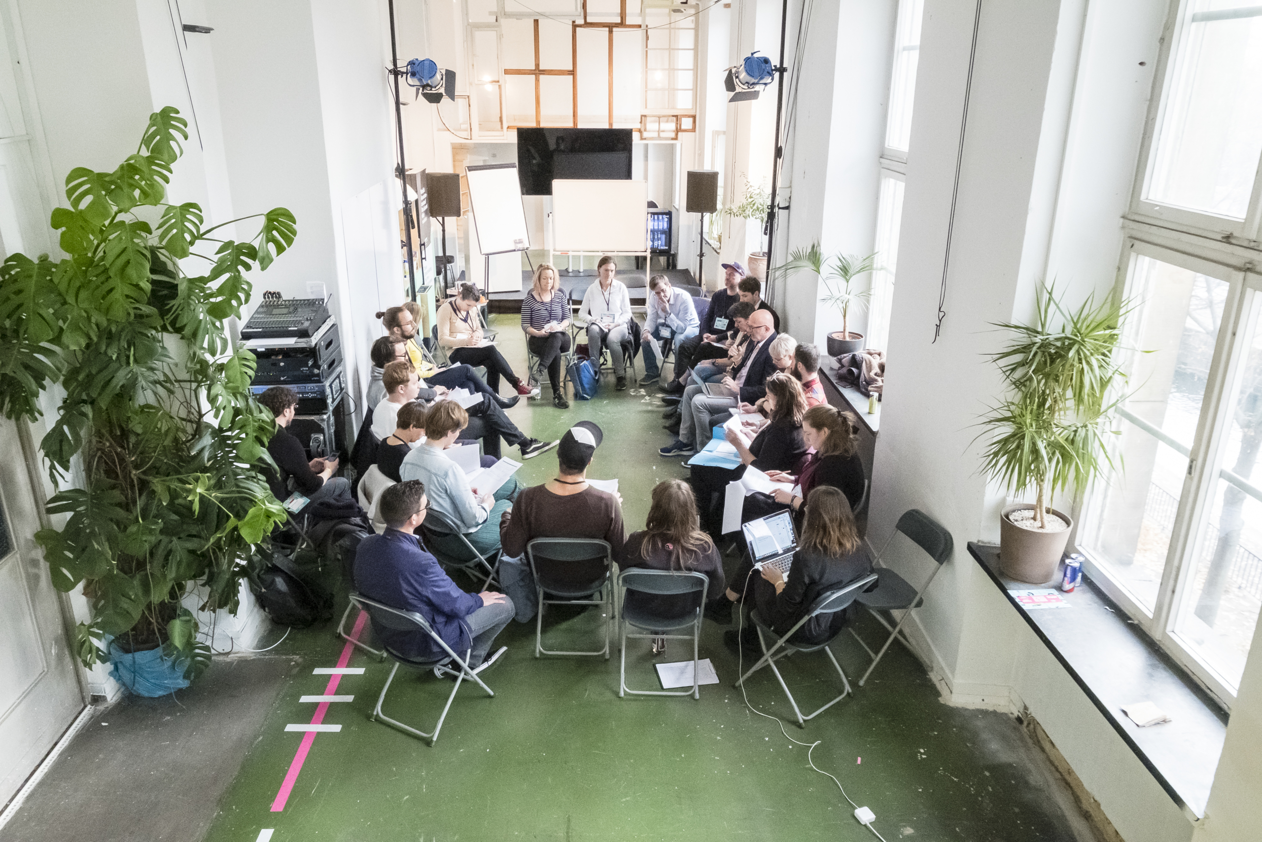 Zwanzig Personen (der Arbeitskreis Connecting Smart Music Cities and Regions) sitzen im Kreis und diskutieren bei der Konferenz Most Wanted: Music 2019
