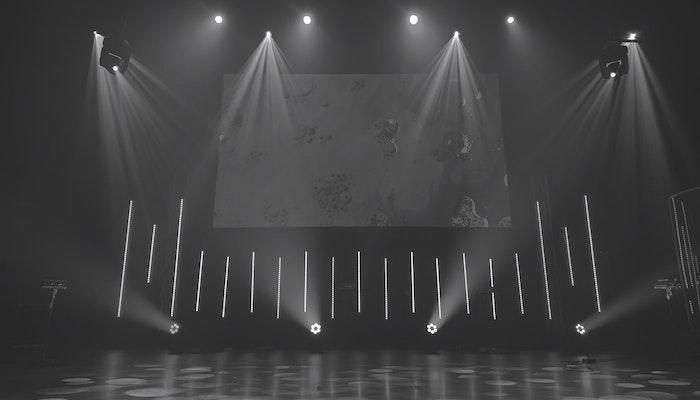 Leere Bühne mit Leinwand und Scheinwerfern